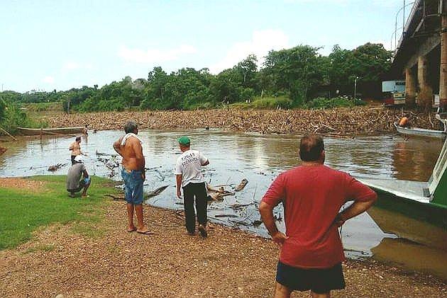 Entulhos bloqueiam rio Miranda, em Mato Grosso do Sul