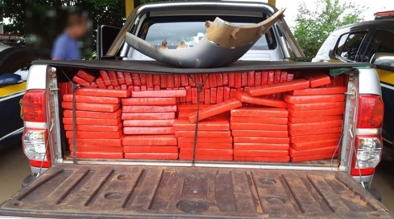 PRF apreende 860 Kg de maconha e recupera caminhonete
