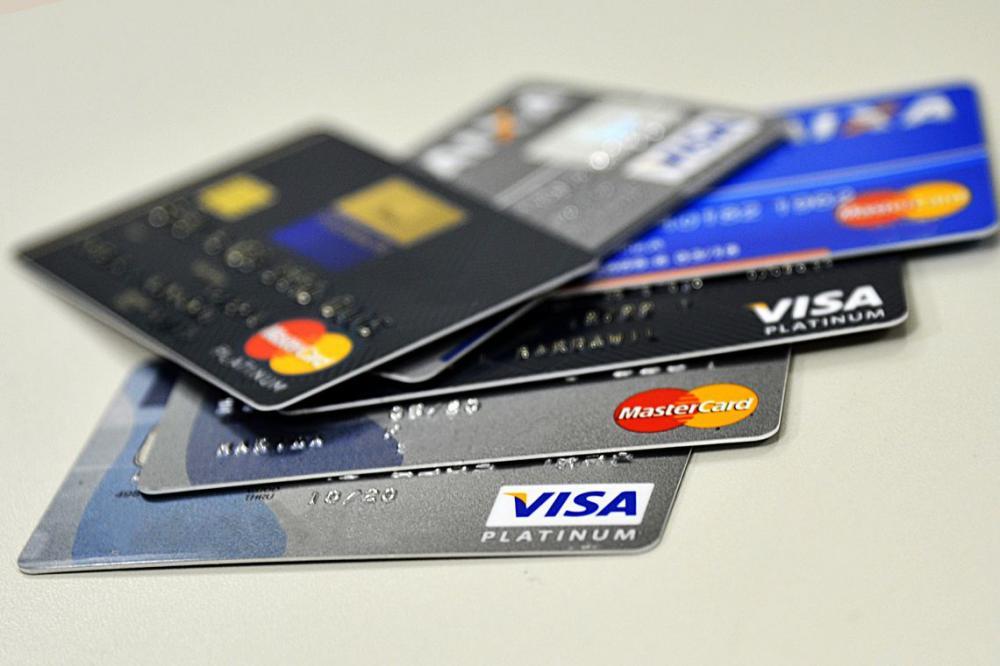 Juros do cheque especial caem e do cartão de crédito sobem