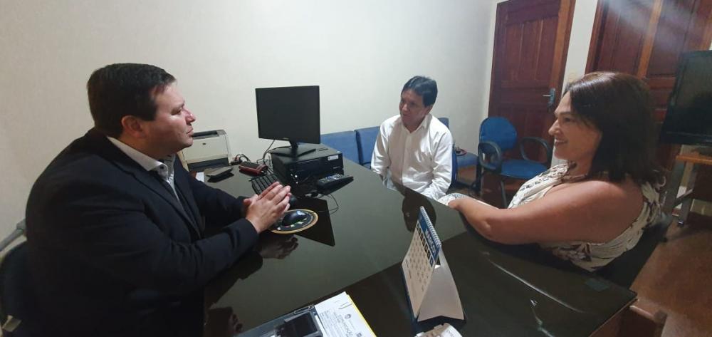 Prefeita Márcia Marques conversando com o delegado regional de Polícia Civil, Dr. Clemir Vieira Júnior