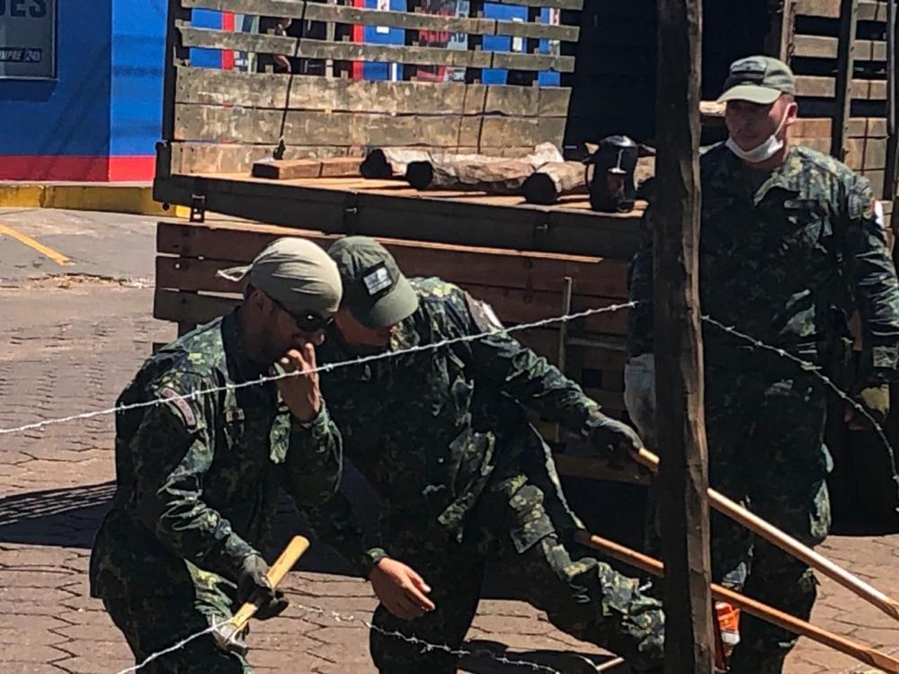 Fronteira está sendo cercada com arame farpado - Fotos: Luiz Carlos Gonzalez