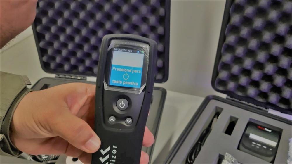 O equipamento detecta a presença de álcool sem a necessidade de o motorista soprar