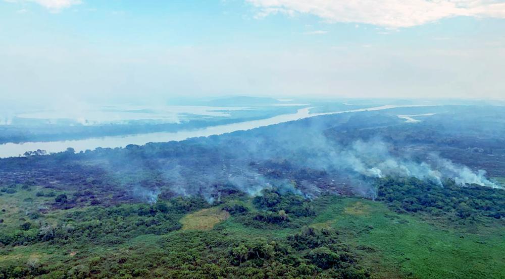 Fogo se propaga com a força do vento na região do Paraguai-Mirim, Pantanal de Corumbá: mais de 10 mil hectares queimados