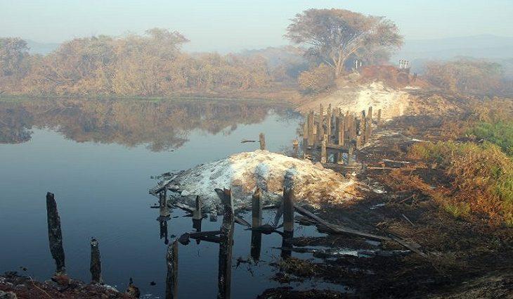 Ponte de madeira sobre vazante na MS-228, próximo ao Morro Grande, foi totalmente destruída pelo fogo