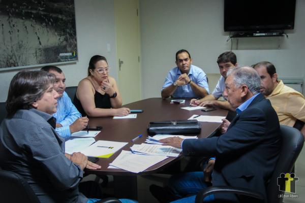 Diretor do Detran-MS, Luiz Rocha, se reuniu com diretoria da Assomasul (Foto: Edson Ribeiro)