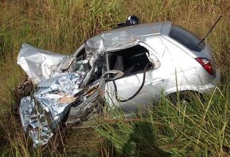Motorista de celta bate em carreta e morre na hora na BR-463