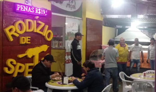 Rodizio de espetinhos é sucesso em Ponta Porã