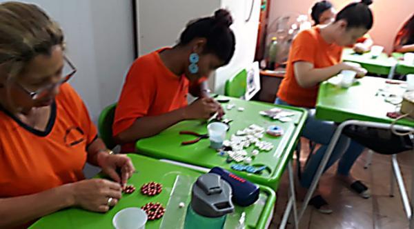 Detentas de P.Porã fabricam bijuterias e recebem noções de empreendedorismo
