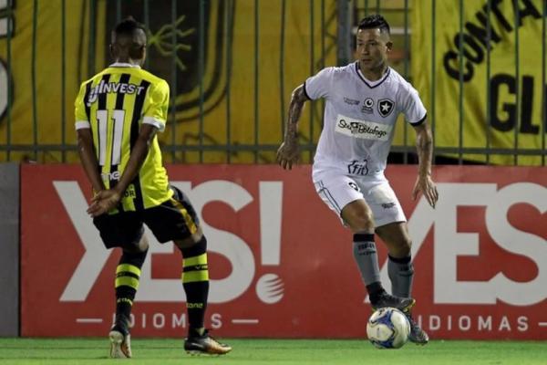 Botafogo vai manter o meia Leonardo Valencia