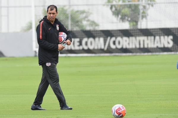 Comandados de Fabio Carille treinaram na manhã de segunda-feira