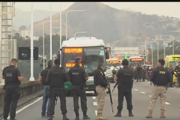 Sequestrador de ônibus no Rio é morto por atiradores de elite