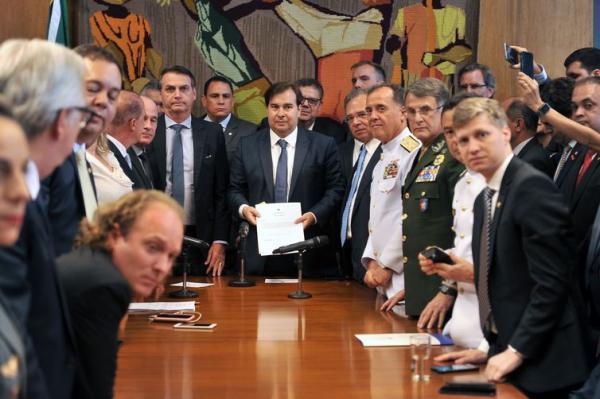 Maia anuncia comissão especial para analisar reforma dos militares