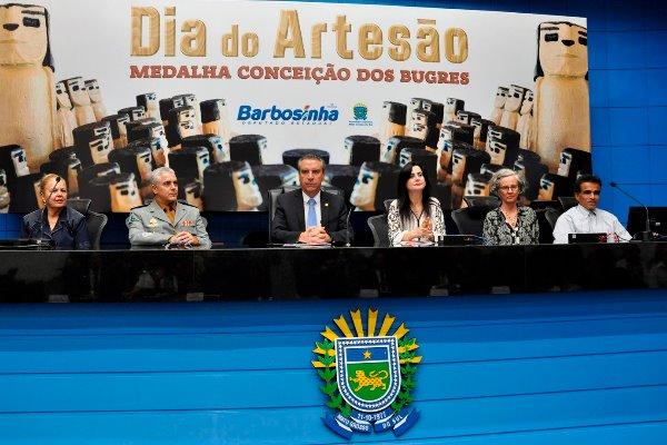 Deputados entregam Medalha Conceição dos Bugres em homenagem a artesãos