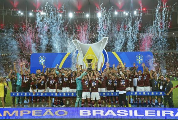 Após a vitória sobre o Ceará, o elenco do Flamengo recebeu a taça de campeão brasileiro desta temporada