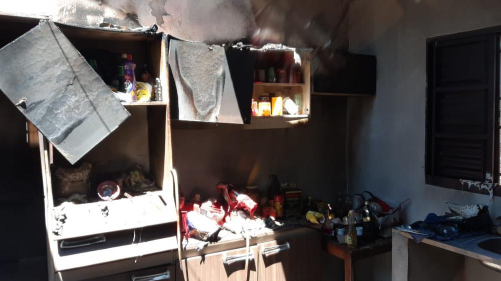Incêndio destruiu casa da vítima que também foi ameaçada