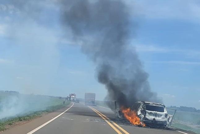 Carro utilizado no assalto foi incinerado no meio da pista da MS-156